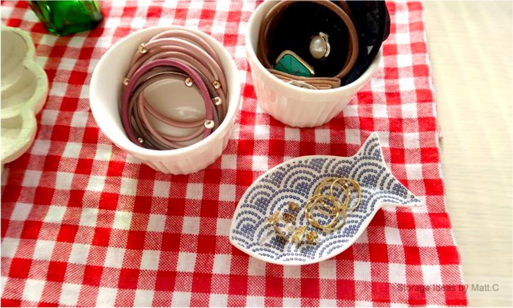 透過日常常見的「醬料碟」來收納髮帶和飾品,就能做好收納工作、並輕鬆營造出可愛的生活感。