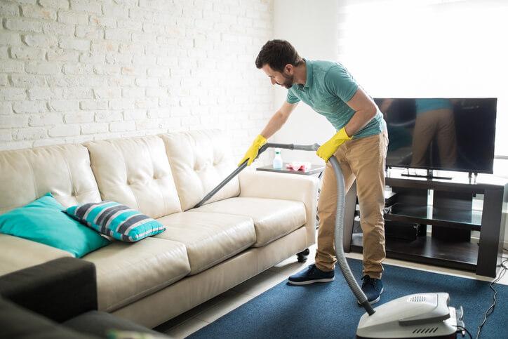 沙發切勿直接用清水清洗,因為現在大多的沙發和皮椅表面都有特殊塗料,這樣容易造成表面損壞。