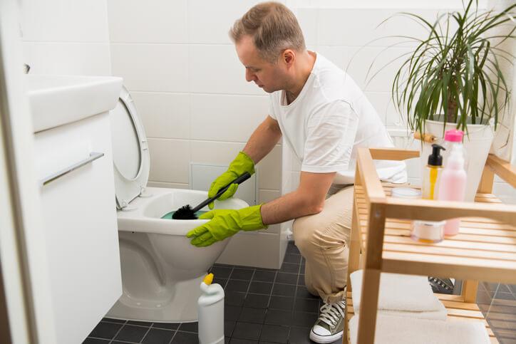 首先,掀開馬桶蓋,戴上手套後,淋上適量清潔劑,用海綿先清潔馬桶內部細縫。