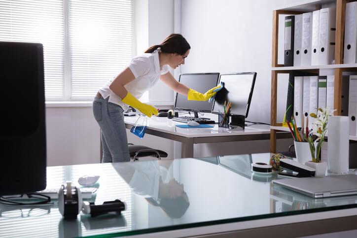 鐘點清潔服務包括全面刷亮浴室,若有安裝抽風機也會將外觀清潔,臥室內的被褥整理、衣櫃與檯面擦拭。