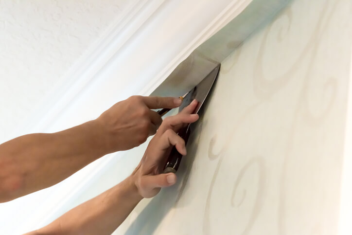 壁紙黏貼後若產生氣泡,可以用刮刀抹平,若無法清除,一兩週後也會慢慢消除。