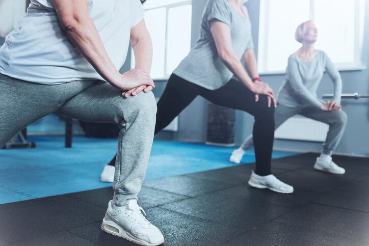 對於那些久久才運動一次的人,運動前與激烈運動後都要加以伸展筋骨才行。