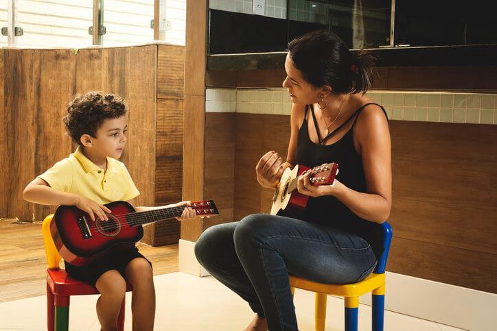 在挑選音樂老師前,先了解自己真正有興趣,因為每位老師擅長的樂器皆不同,這樣才能找到適合的老師。