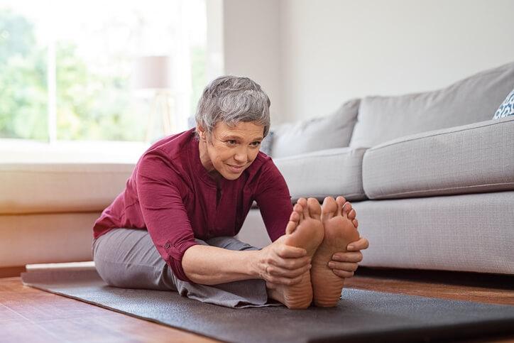 坐立前屈→疏緩筋骨,緩解疲勞焦慮