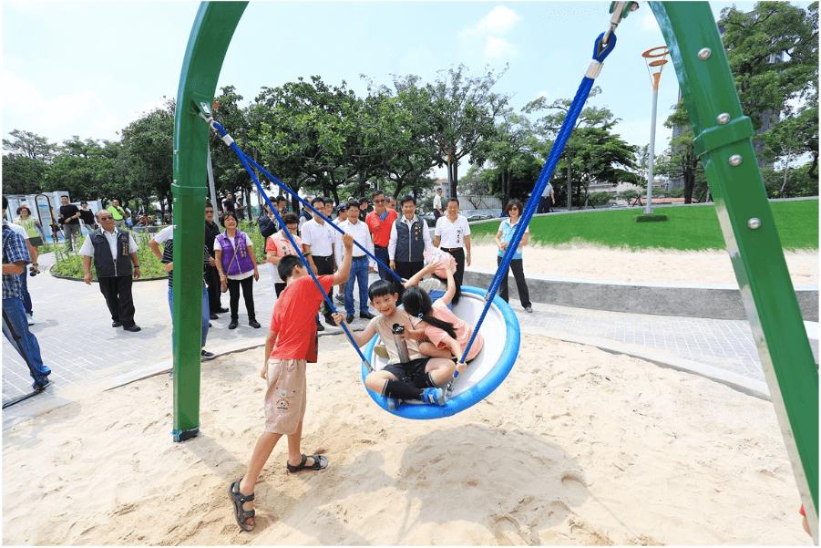 台中豐樂雕塑公園:人工皮草盡情滾