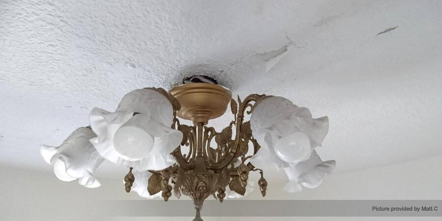 天花板漏水嚴重,長久下來造成燈具螺絲繡蝕、鬆脫