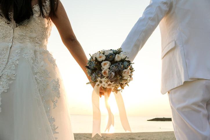 舉辦婚禮細節這樣多!所以有些人辦婚禮喜歡找朋友幫忙、尋求身邊三五好友專業幫助,甚至連各家名片都拿出來,運用既有的資源不僅省錢又省心力。