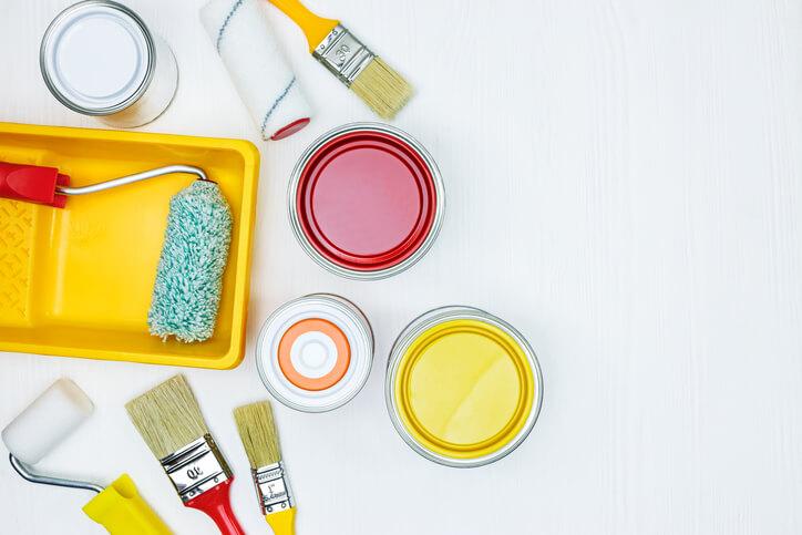 在磨平牆壁後,要進行補土,常用的工具有批土、AB膠跟矽膠,各有優缺點,批土是最傳統的作法,用刮刀刮取需要的部分,混合石膏粉,再進行填補。