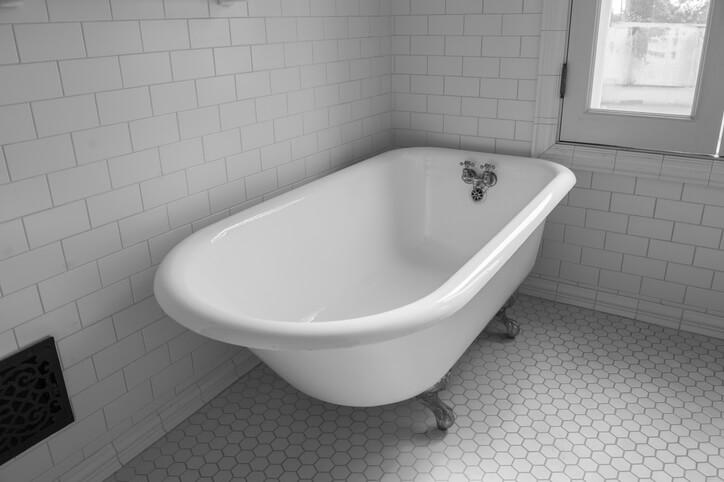 浴缸的尺寸和形狀有這幾點要注意,首先若是將浴缸安排在角落,三角形比長方形佔更多空間。