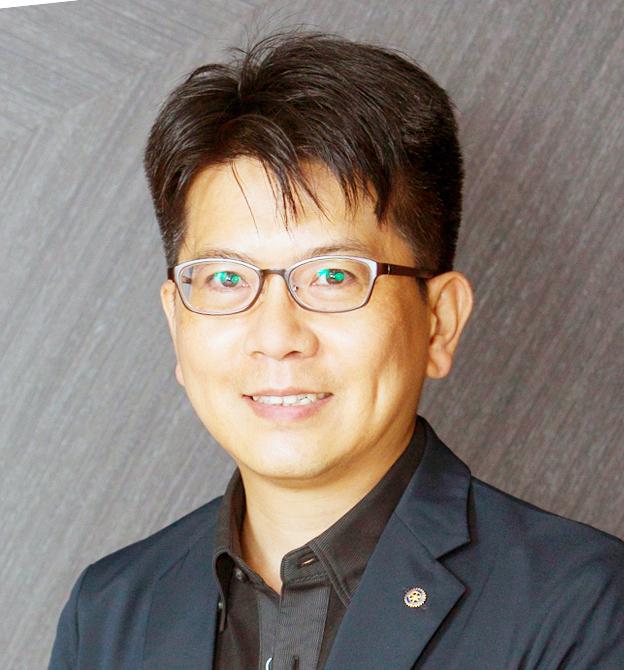 現職於「社團法人台灣住宅品質消費者保護協會」理事長與首席顧問,致力於調解裝潢糾紛、化解設計師與消費者間的爭議,協會創立8年多以來,累積受理超過五千多件住宅裝修糾紛案例。