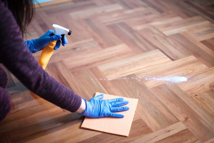 為什麼他家的傢俱和地板看起來這麼新?原來是做對了上蠟保養
