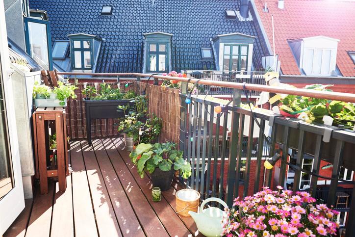 對於喜愛自然風、田園風的人來說,選用易於切割的木地板來作為陽台的舖設,再適合不過了!